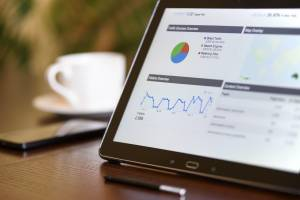 Tablet mit Auswertungen aus dem Bereich Marketing