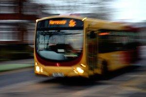 Für Busse als Nutzfahrzeuge der Personenbeförderung gelten ebenfalls Mindestziele. Bildquelle: Pixabay,PublicDomainPictures