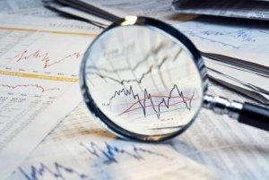 Foto Lupe auf Finanzdaten