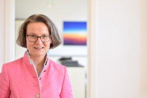 Die NRW-Bauministerin Ina Scharrenbach fordert eine Vereinfachungen beim Vergaberechts